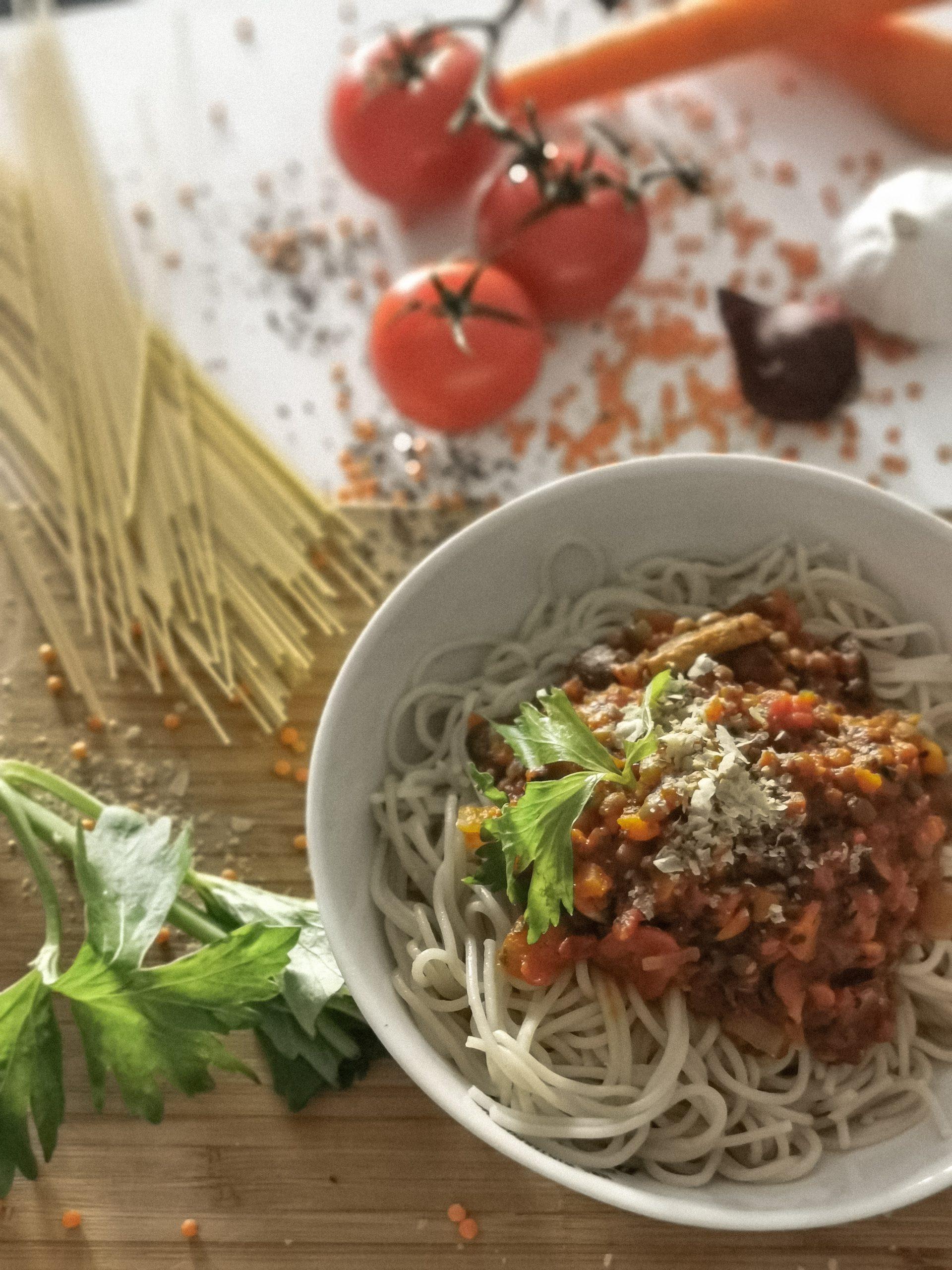 """Linsenbolognese – vegan – vollwertig – mit pflanzlichem """"Parmesan"""""""